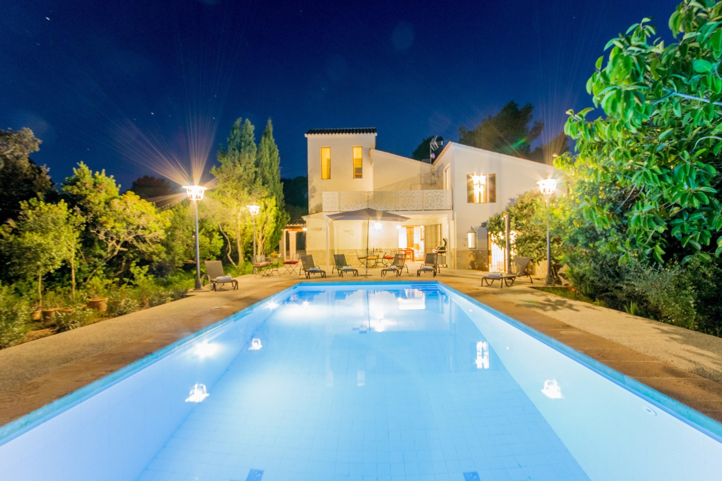 4 DSZ, 5 BZ (4 davon en suite), AC, WIFI, grosser Pool, Grill und schönem Aussenbereich mit Blick in die Natur