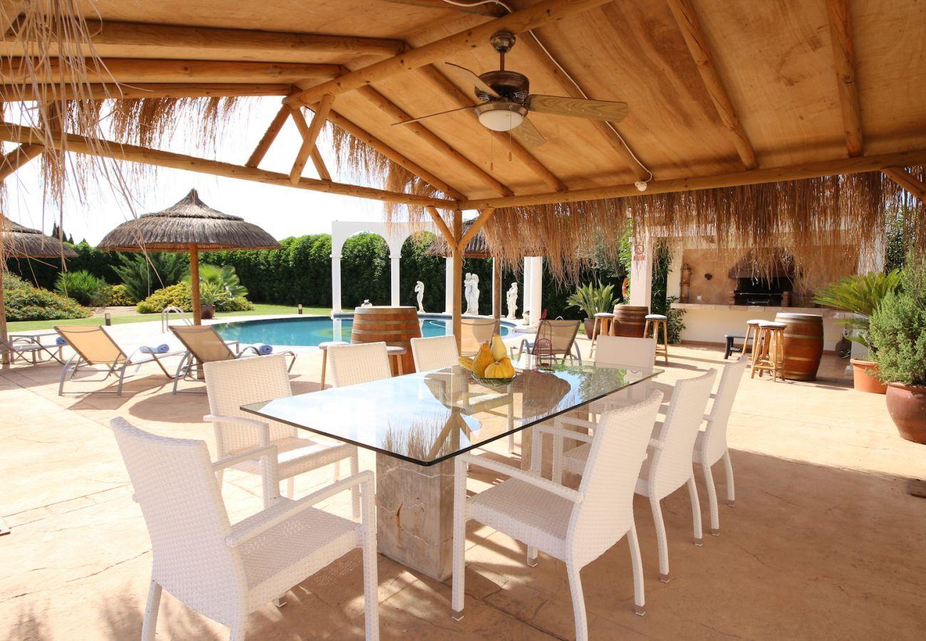 4 DZ, 3 Bäder (2 en suite), grosser privater Pool mit schönem Grillbereich, Kinderspielplatz, Gratis Wifi-Internet