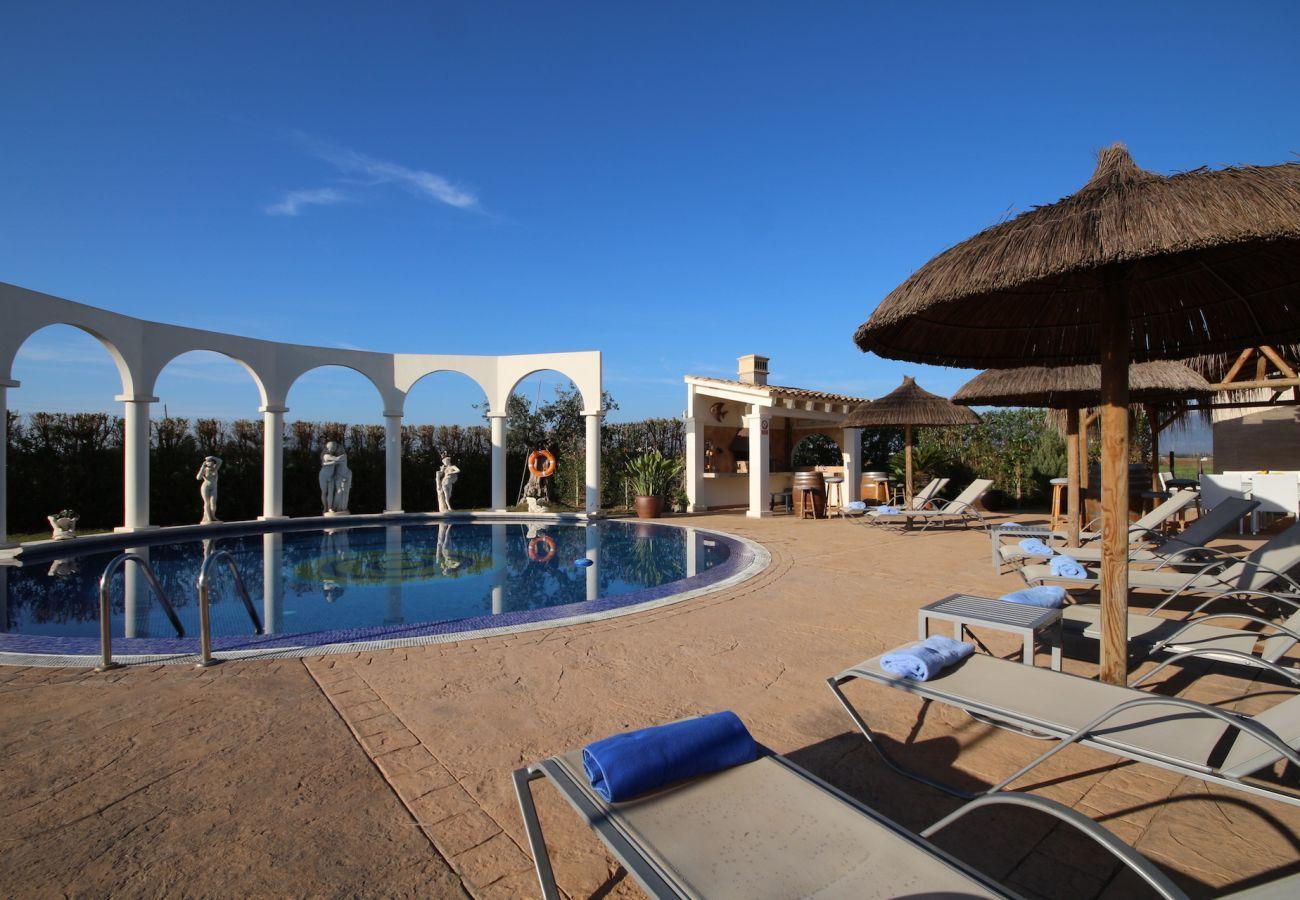 4 DZ, 3 Bäder (2 en suite), grosser privater Pool mit schönem Grillbereich, Kinderspielplatz, Gratis Wifi-Internet.