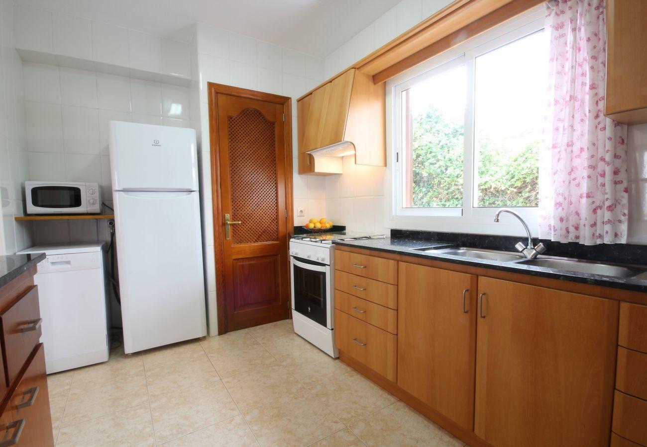 2 Doppelschlafzimmer, 1 Badezimmer, vollausgestattete Küche, Klimaanlage, Gratis Wifi-Internet, nur 25m zum Strand