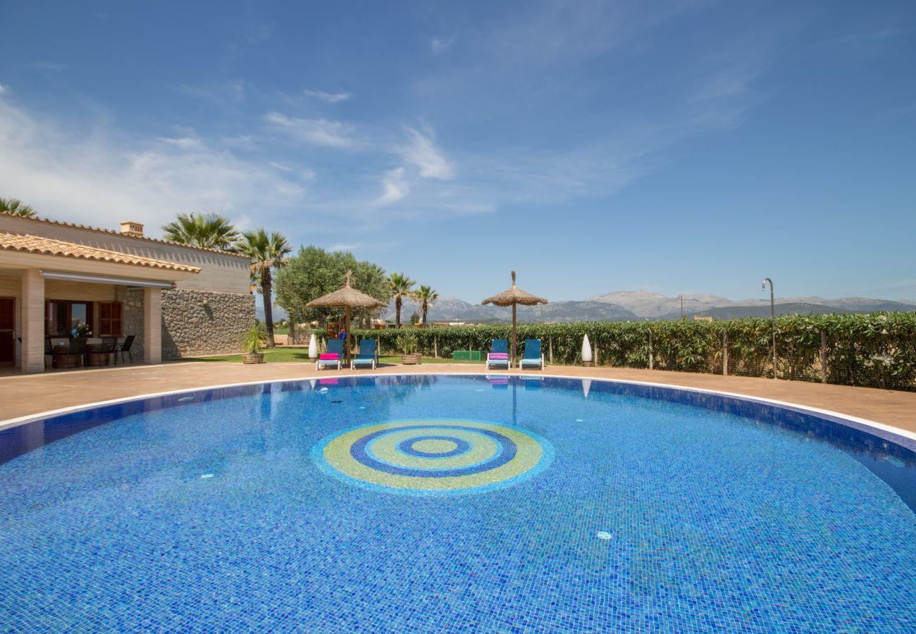 3 Doppelschlafzimmer, 2 Bäder, grosser privater Pool, schöner Grillbereich, Kinderspielplatz, Gratis Wifi-Internet.