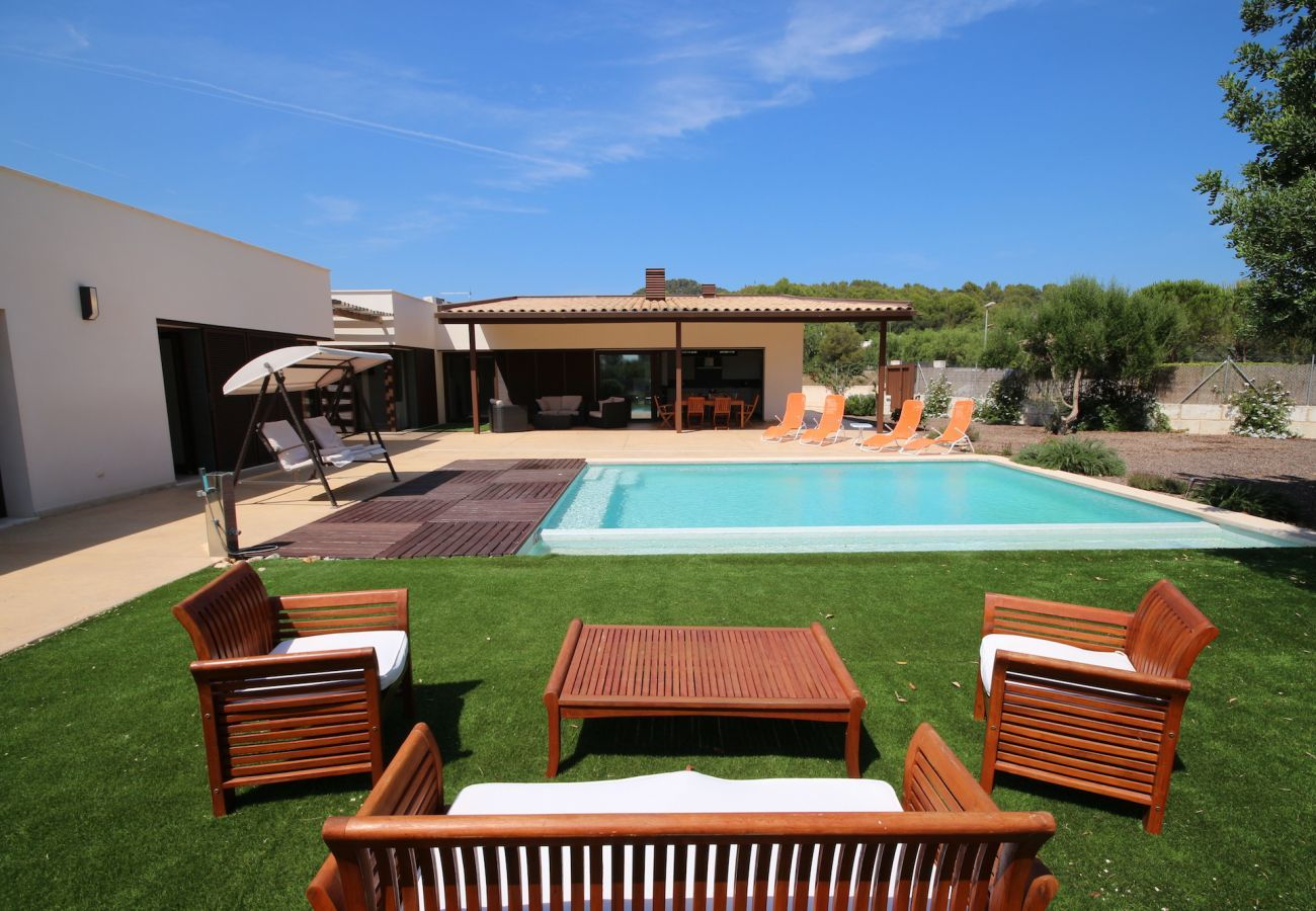 3 Doppelschlafzimmer, 3 Bäder, Klimaanlage, Kamin, privatem Pool und kostenlosem Wifi-Internet.