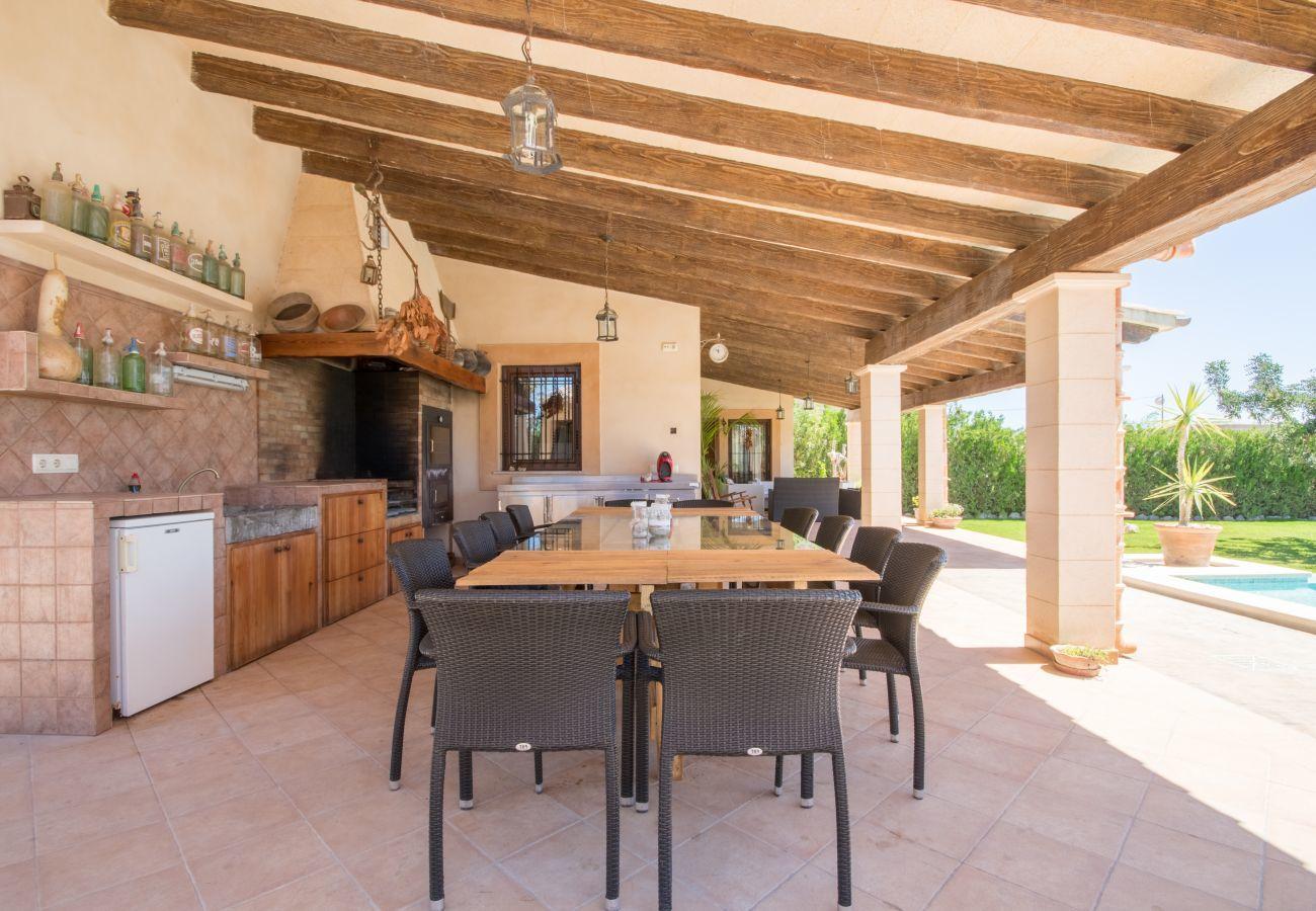 5 Doppelschlafzimmer, 4 Bäder, privater Pool, Garten mit Tischtennisplatte, Grill und hohem Entspannungsfaktor.