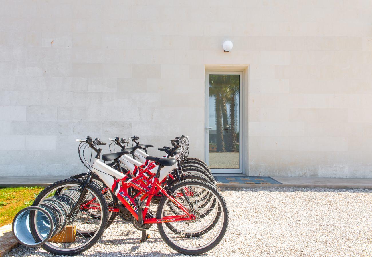 7 DZ , 7 BZ en suite, AC, Wifi-Internet, Fahrräder, Garten, Pool, Fitnessraum, Grillhaus, Fussballplatz und Volleyball-Feld