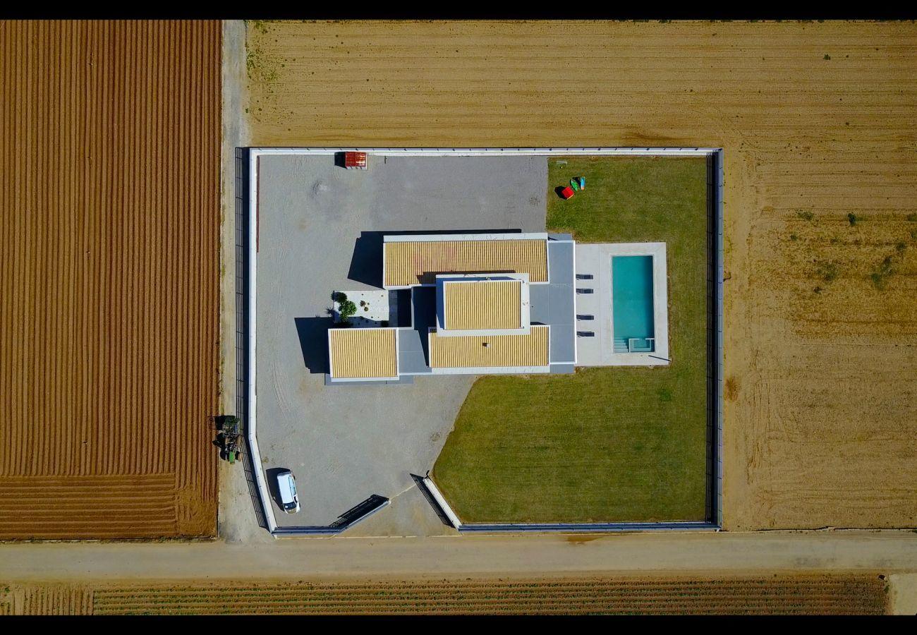 4 DSZ, 3 Bäder, kindersicherer Pool, Garten, Wifi-Internet, Klimaanlage im gesamten Haus und DOMOTIK-System