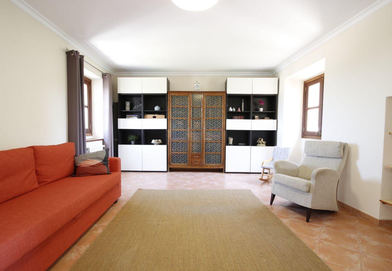 Haus mit Pool für 10 Personen. 5 Schlafzimmer, 3 Badezimmer, Klimaanlage, Wi-Fi, Garten mit Pool 21 km von Palma entfernt.