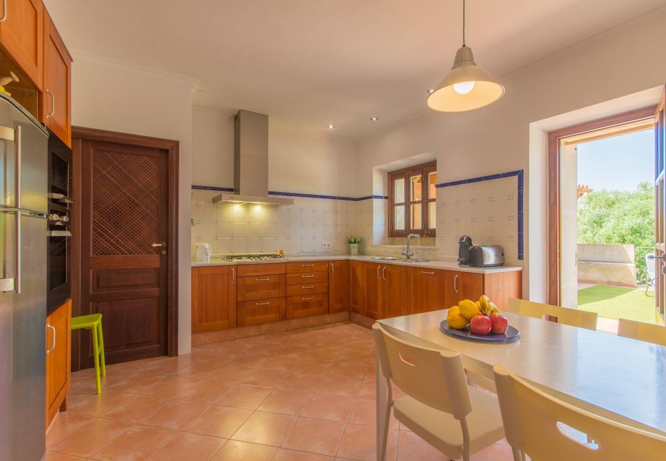 4 chambres doubles, 1 chambre d'hôtes, 3 salles de bain, AC, WIFI, jardin, piscine, vue sur la montagne, idéale pour familles