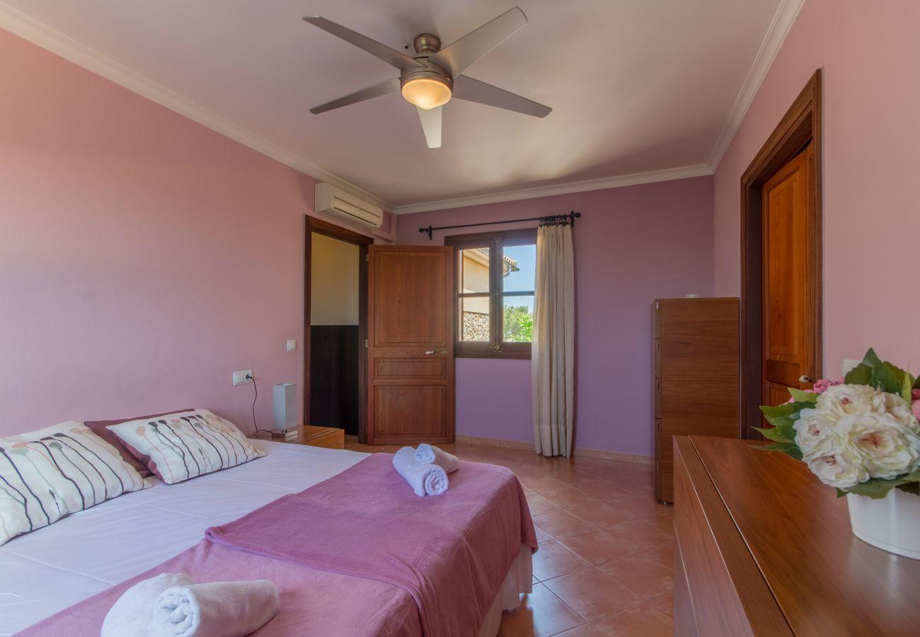 4 Doppelzimmer, 1 Gästezimmer, 3 Badezimmer, Klimaanlage, WIFI, Garten, Pool, Blick auf die Berge ist ideal für Familien