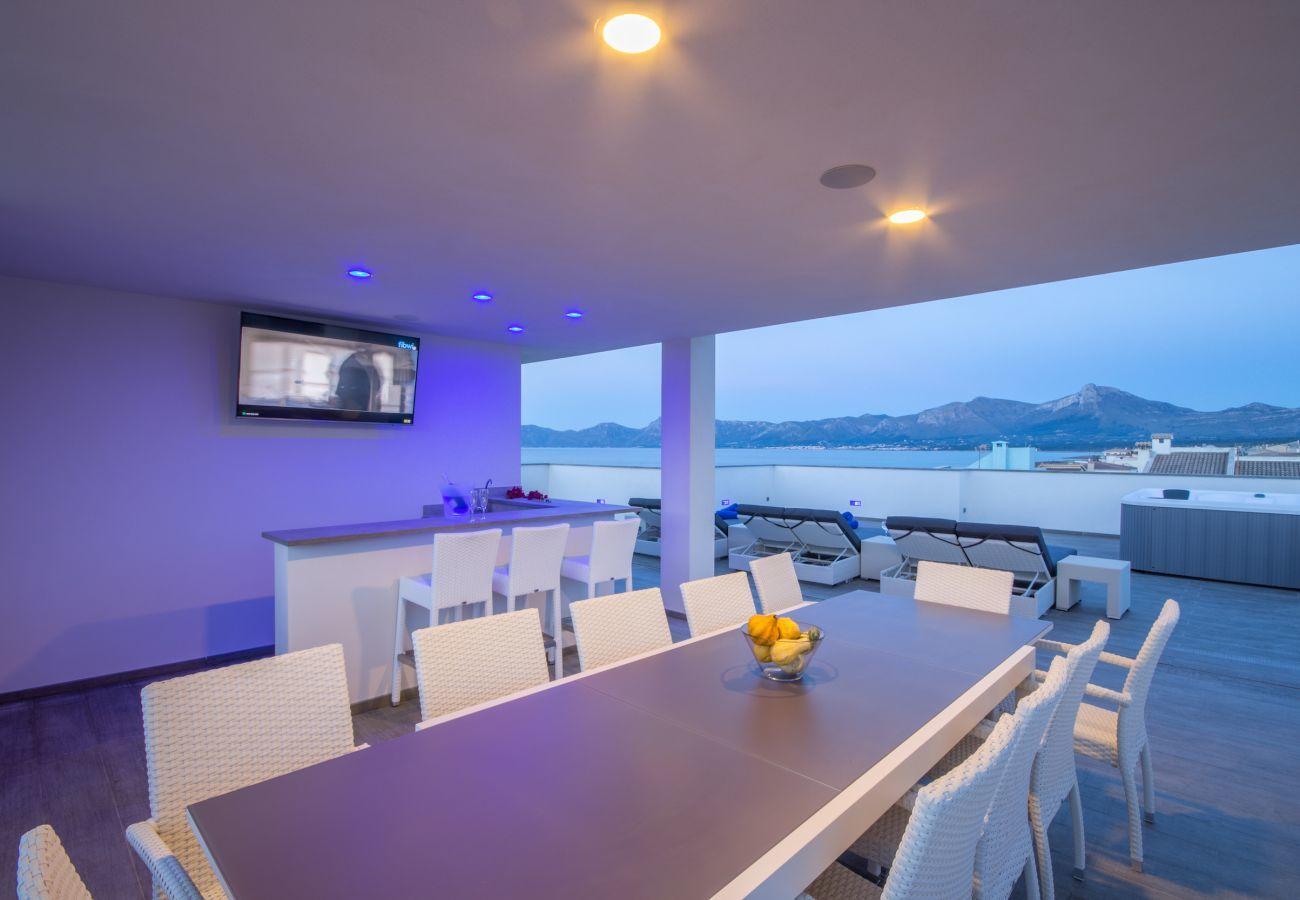 6 DSZ, 7 BZ, Fitness, Klimaanlage, Pool, Dachterrasse mit Whirlpool, integriertes Licht-und Musiksystem, Fahrräder.
