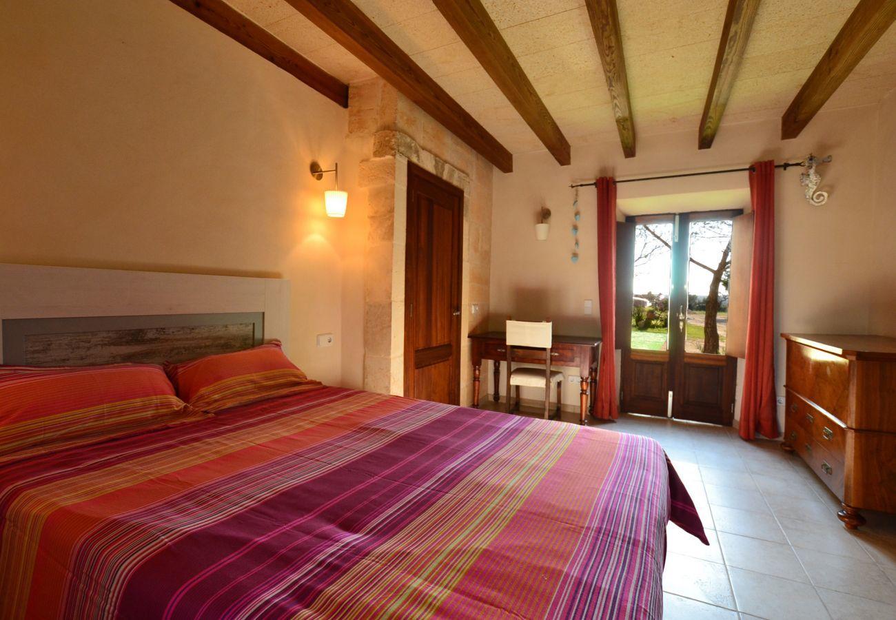 5 Doppelschlafzimmer, 3 Badezimmer, Wifi-Internet, Klimaanlage, schöner Garten mit Pool und Grill.