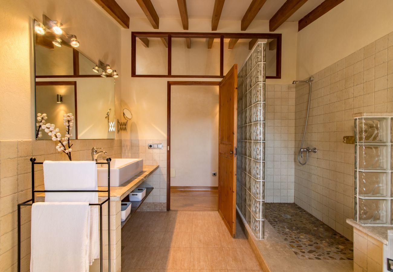3 DSZ, 2 BZ, 1 Aussenduschbad, Klimaanlage, gratis Wifi-Internet, eingezäunter Pool, Grill und Sonnenterrasse.
