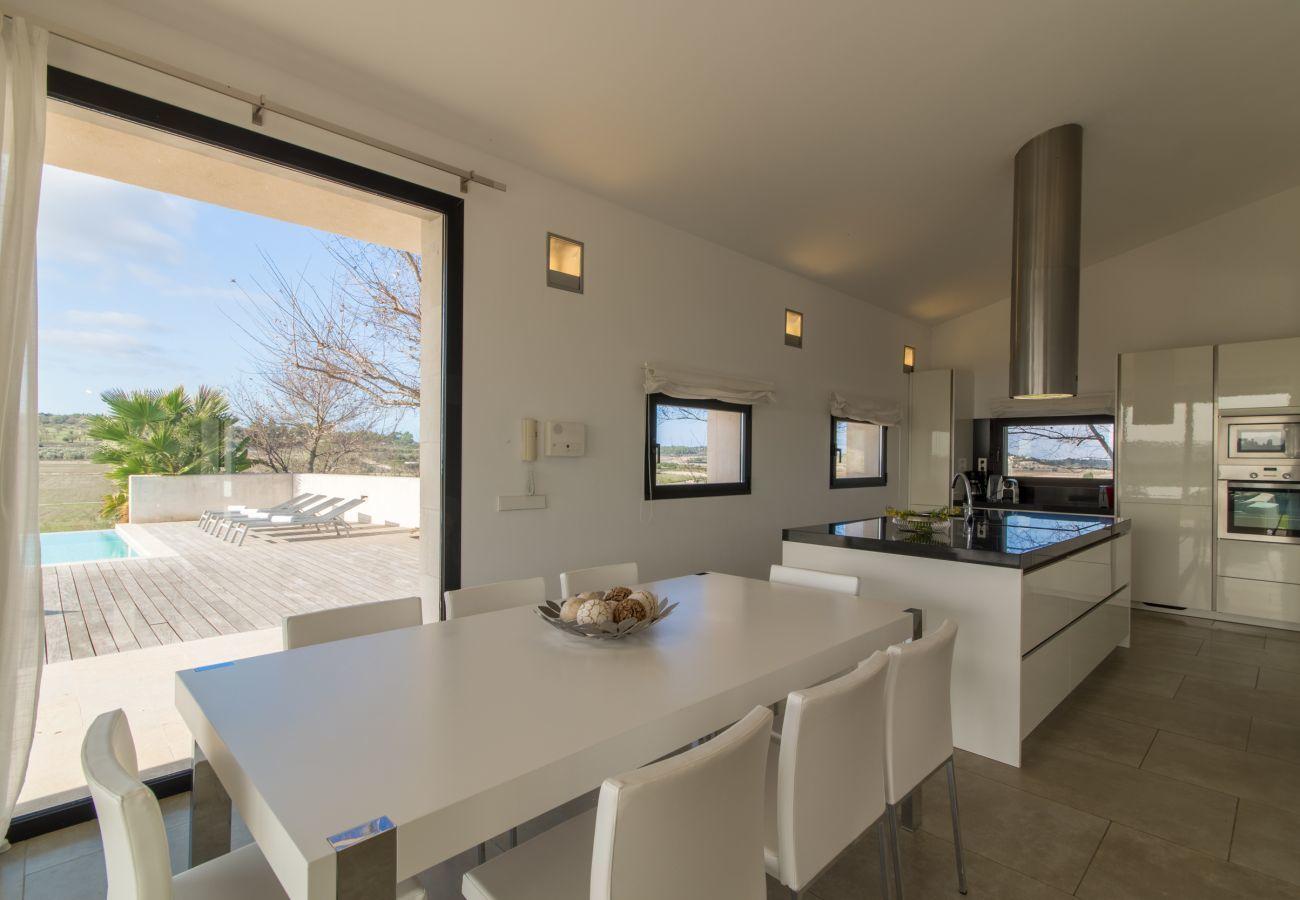 4 DSZ, 4 BZ en suite, Klimaanlage, gratis Wifi-Internet, Pool mit Whirlpool, ruhige Alleinlage zwischen Muro und Can Picafort