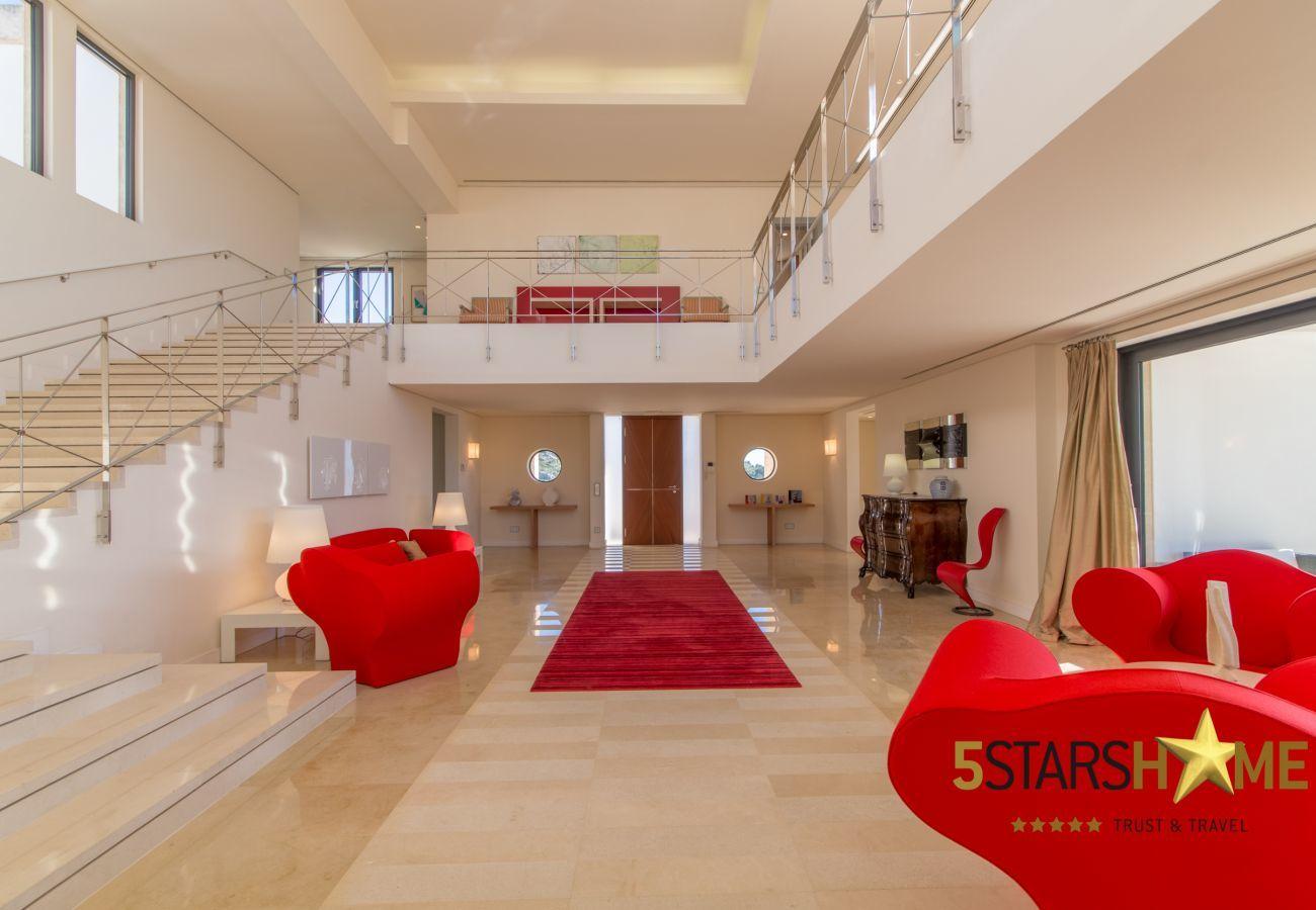 8DSZ, Master-Suite, 12BZ, Wellness, Fitness, Innen-und Aussenpool, Tennisplatz, Weinkeller, Garten, Hubschrauberlandeplatz.