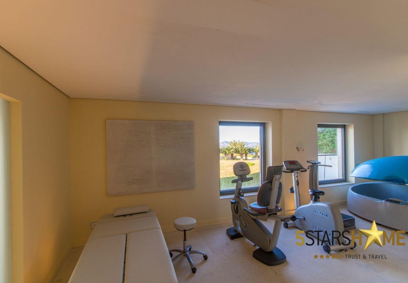 8DSZ, Master-Suite, 12BZ, Wellness, Fitness, Innen-und Aussenpool, Tennisplatz, Weinkeller, Garten, Hubschrauberlandeplatz