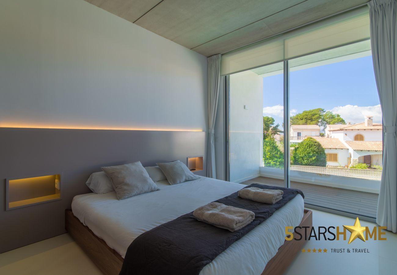 4 Doppelzimmer, 3 Badezimmer, Garten mit Pool, Grillplatz, kostenloses WIFI, Klimaanlage und Zentralheizung.