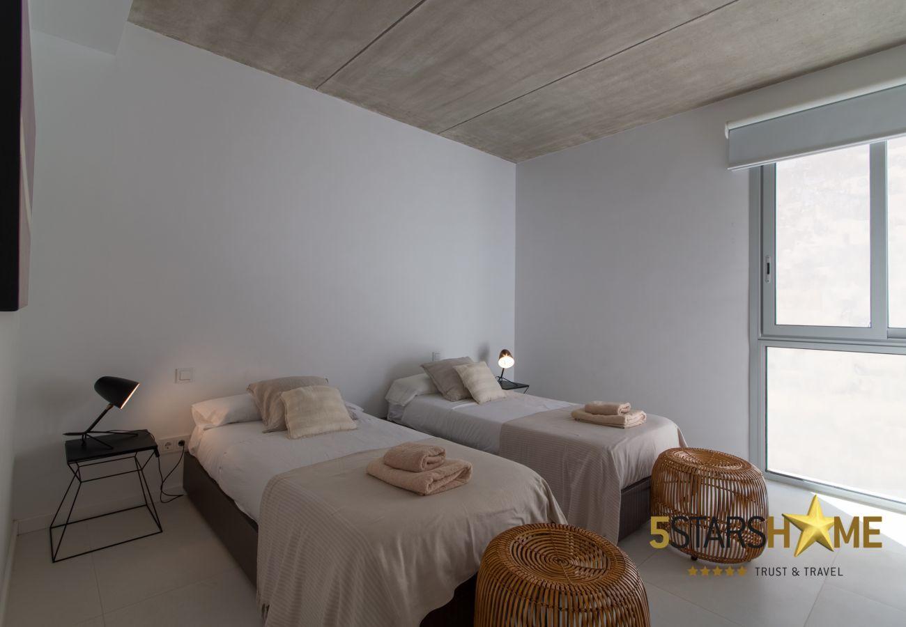 5 Doppelschlafzimmer, 4 Badezimmer, Garten, Pool, Terrasse, Grill, Internetzugang (wifi), Zentralheizung, Klimaanlage, Sat-TV