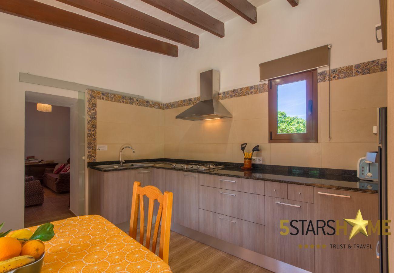 2 chambres doubles, 2 salles de bain, 1 couchage pour 2 personnes supplémentaires, wifi gratuit, AC, jardin avec barbecue.