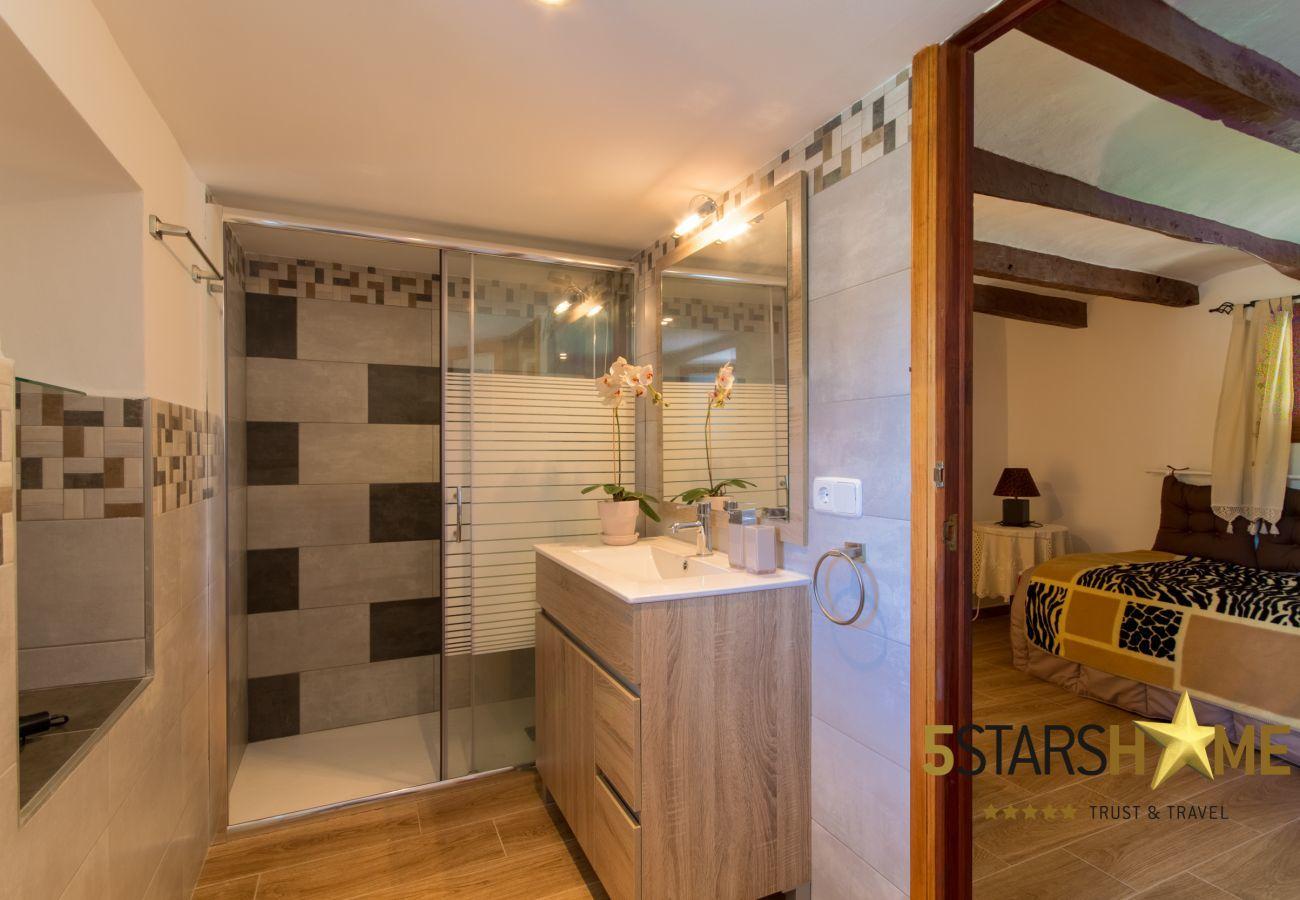 2 Doppelzimmer, 2 Badezimmer, 1 Schlafplatz für 2 zusätzliche Personen, gratis WiFi, Klimaanlage, Garten mit Grill.