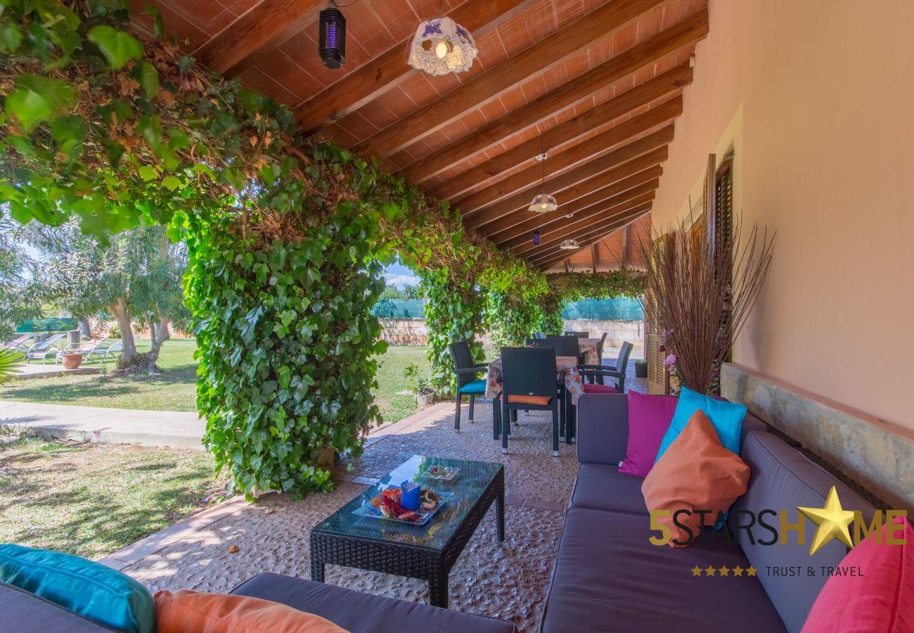 4 Doppelzimmer, 3 Badezimmer, WIFI, Garten, Pool, Terrasse, Grill, Kinderbereich, Zentralheizung, AC in allen Schlafzimmern.