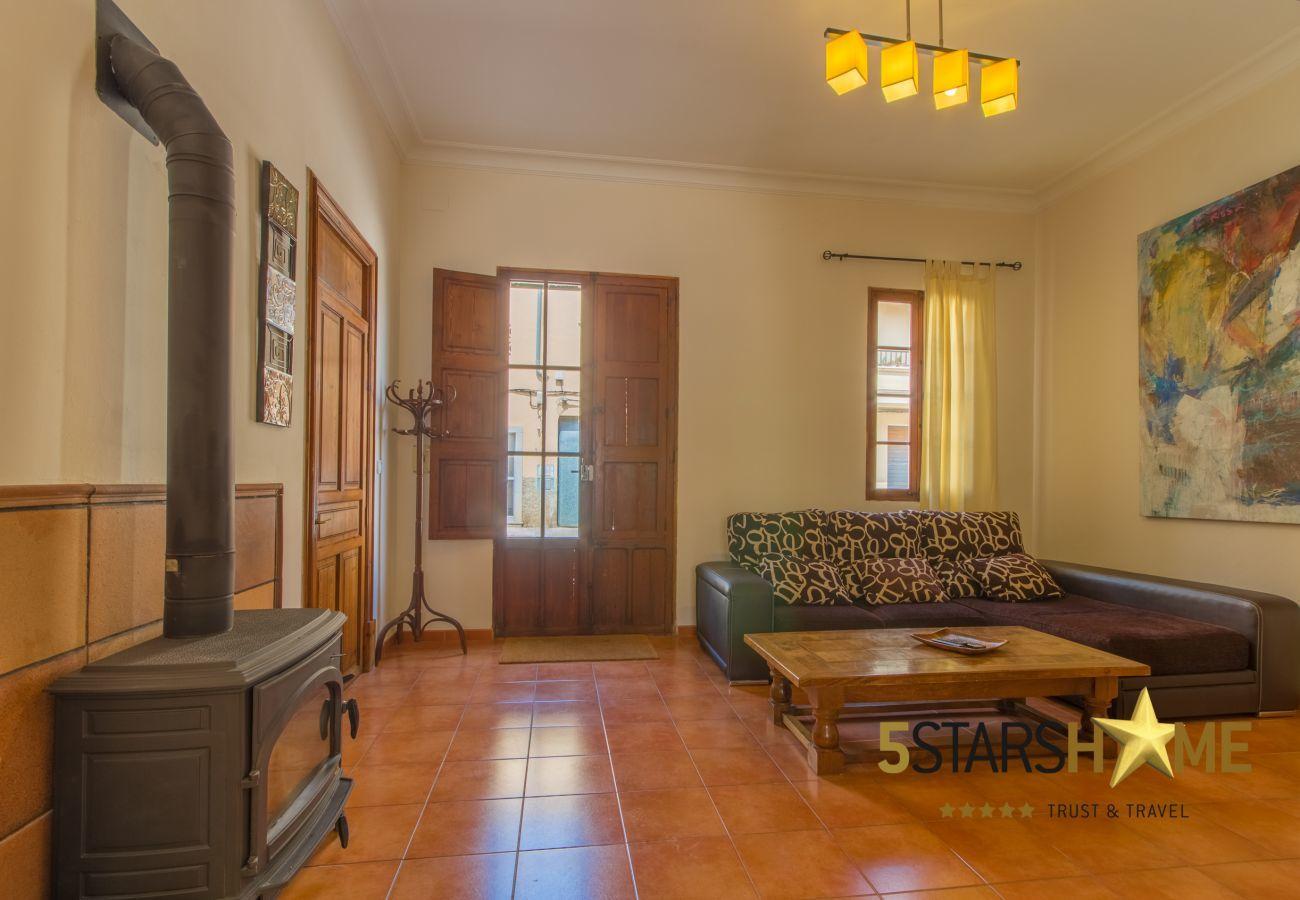 4 Doppelzimmer, 2 zusätzliche Schlafplätze, 3 Badezimmer(2 ensuite), AC, WLAN, Pool, Terrasse mit Grill und Chill-out