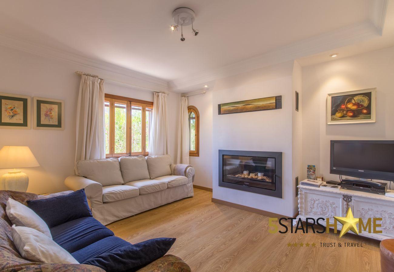 4 Doppelzimmer, 3 Bäder, kostenloses Wifi, Klimaanlage, großer Pool und großer Gartenbereich.