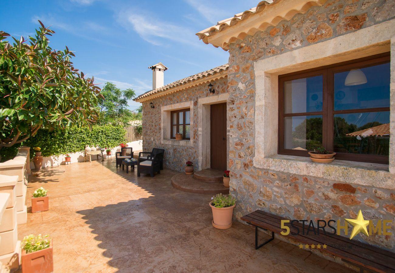villa mit pool f r 8 personen in muro mallorca. Black Bedroom Furniture Sets. Home Design Ideas